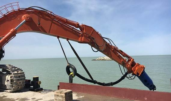 The pontoon based excavator lowers the DOP to a dredging depth of 6.5m