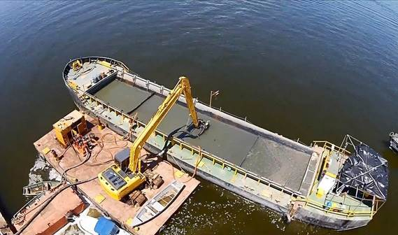DOP200 submersed dredge pump was fixed to the boom of a pontoon-based excavator