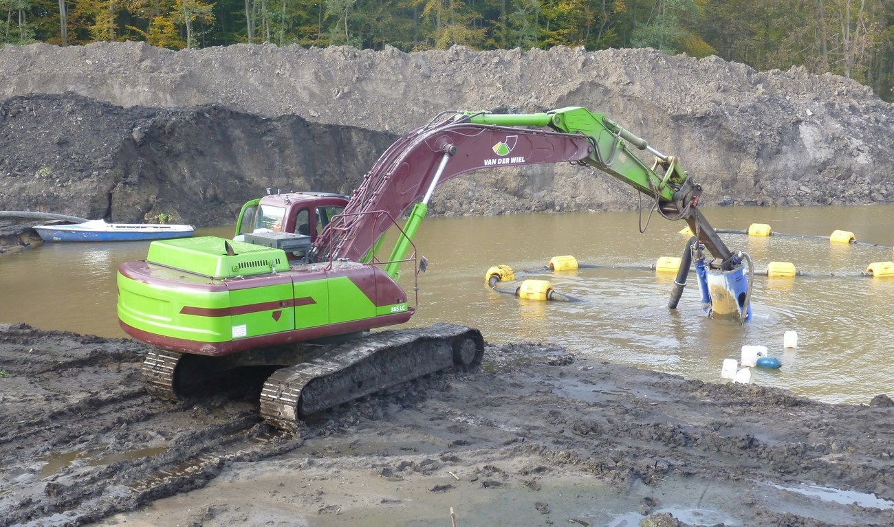 Currently the DOP200 is working on a sand mining project, for which it is attached to the excavator's boom