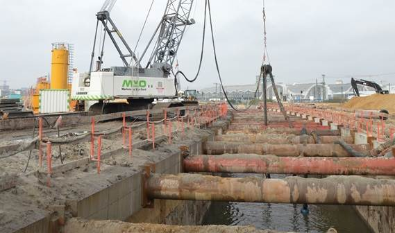 The tunnel site consists of sheet piles at either sides with heavy steel beams at regular intervals