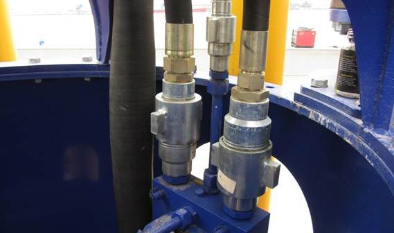 All hydraulic couplings are provided with snap tiie quick couplings