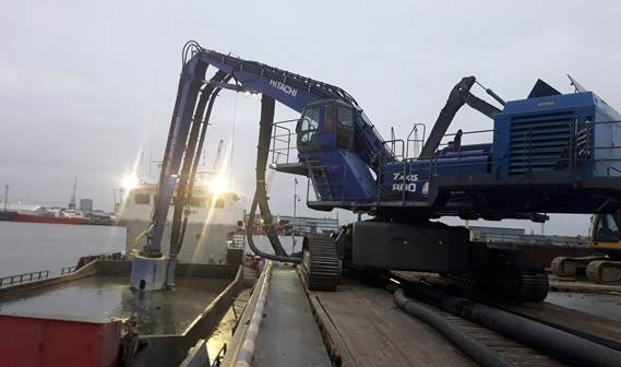 Barges with contaminated sediment are emptied using the hydraulically powered DOP350
