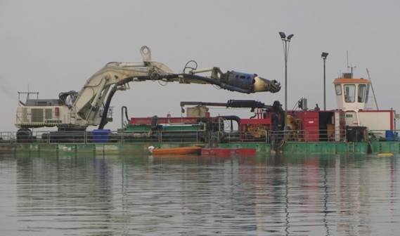 An overview of the pontoon based excavator with the DOP connected to its boom