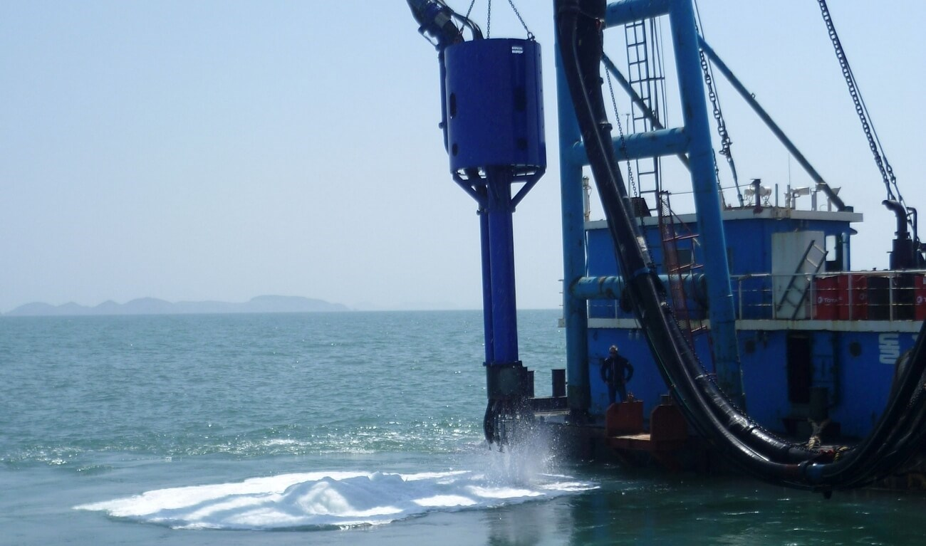 The sand mining head is fitted out with water jets