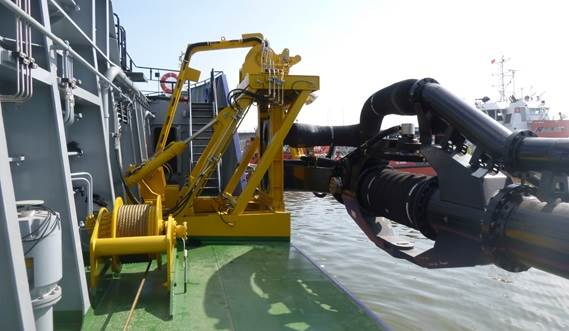 The parallel gantry moves the slide flange in board or towards the hull's sliding rails