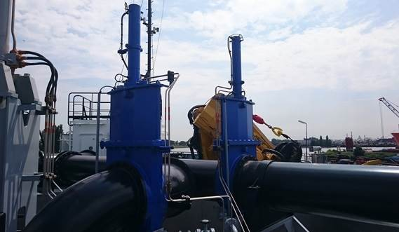 trailing suction pipe system which includes a trailing pipe, gantries, winches and swell compensator