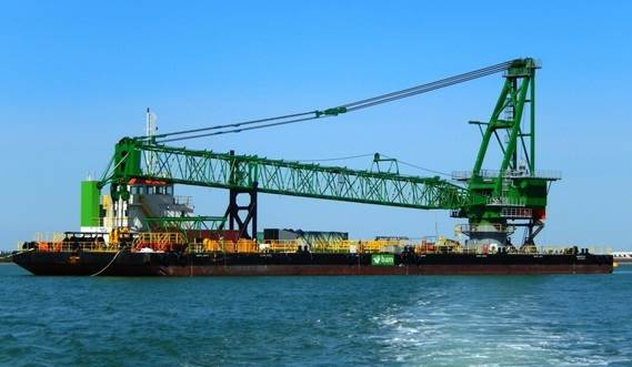 Floating crane barge for construction work and heavy lifts
