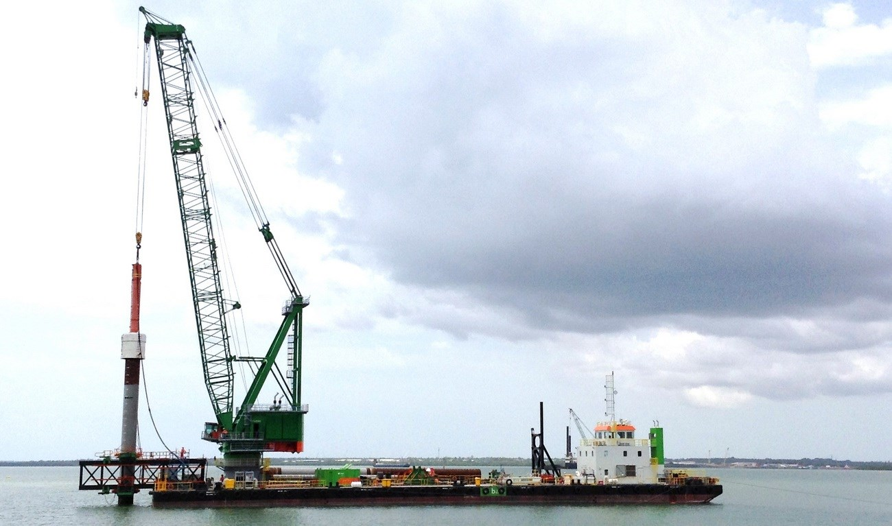 Floating crane for heavy lift, harbour and jetty construction.