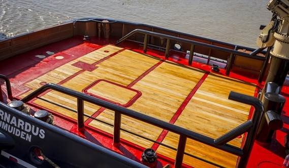 A very open, clean deck layout with no obstructions for safe working conditions, while giving maximum workability.