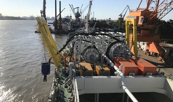 The 7000 m3 barge is loaded using 2 DOP350s simultaneously