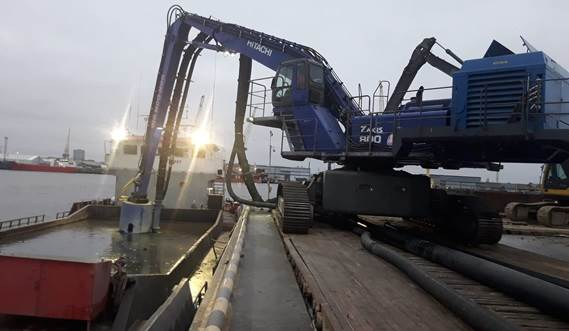 The DOP350 is mounted on the excavator for practical barge unloading