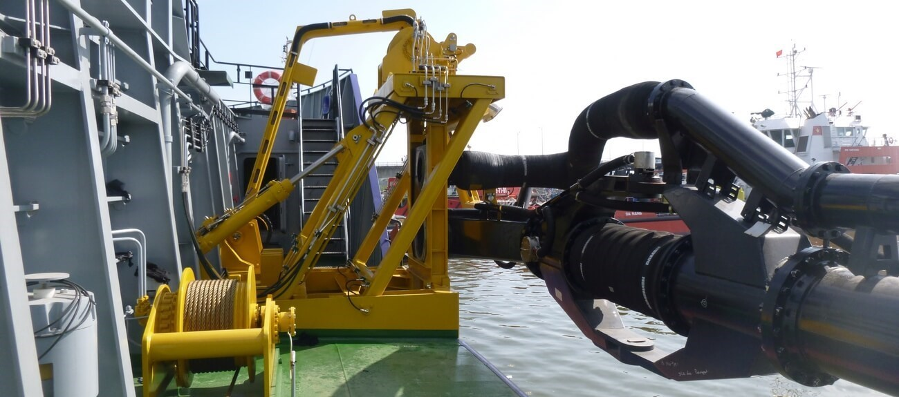 Fitted out with heavy duty suction hose for dredged mixture