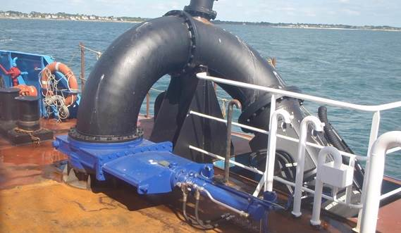 The water injection beam is fed using a dedicated wear resistant dredge pump.