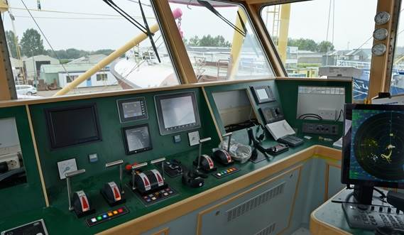 The aft deckhouse with the wheelhouse on top leaves the crew free main deck space from three sides.