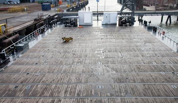 Large, 750 m2 unobstructed wooden deck with a 15 tonne/m2 deck strength, fitted with integrated container fittings and lashing eyes.