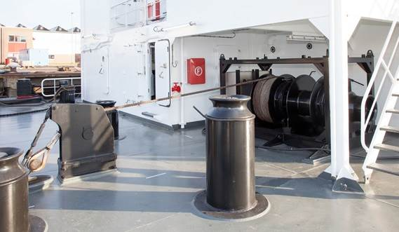 Winch arrangement is optimized for easy maneuvering alongside a vessel or quay.