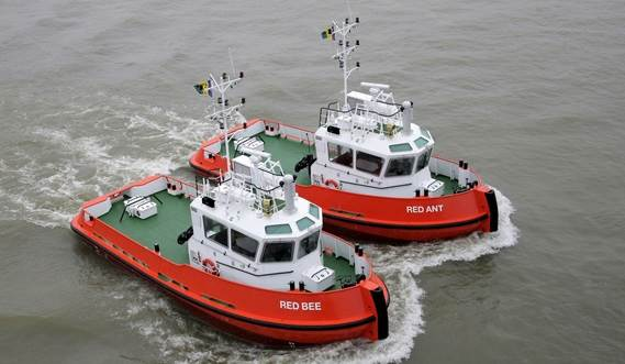 Yesterday the two Damen Stan Tugs 1606, outfitted as line handling boats, sailed to the buoy to receive another tanker for their first mission in Equatorial Guinea.